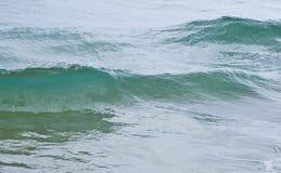Trate las ondas con suavidad en un mar tranquilo Foto de archivo libre de regalías