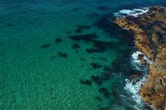 Trate las ondas con suavidad en una playa Fotografía de archivo