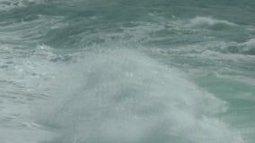 Trate las ondas con suavidad que se rompen en la orilla almacen de video