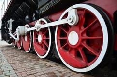 Trate las ruedas del tren con vapor Imagenes de archivo