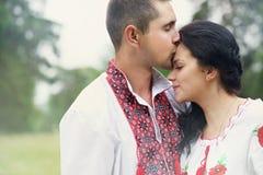Trate a los recienes casados del beso con suavidad Foto de archivo libre de regalías