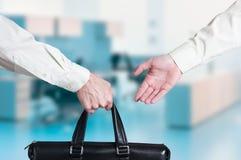 Trato de la transferencia de negocio entrega de una maleta Foto de archivo libre de regalías