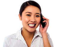 Trato del closing de la mujer de negocios sobre una llamada de teléfono Imagen de archivo libre de regalías