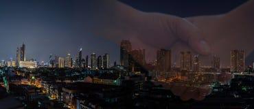 Trato del hombre de negocios con la bandera moderna de la ciudad de la noche imagen de archivo libre de regalías