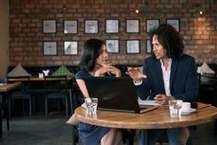Trato del socio en café imagen de archivo libre de regalías