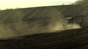 Trator agrícola que trabalha no campo video estoque