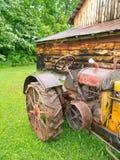 Trator antigo na frente do celeiro Fotografia de Stock Royalty Free