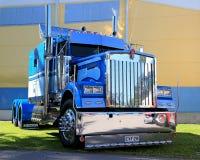Trator azul do caminhão da mostra de Kenworth Fotos de Stock Royalty Free