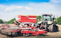 Trator com brocas no campo na região de Kiev, Ucrânia fotografia de stock