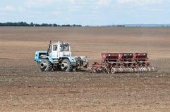 Trator com a máquina de semear, semeando trabalhos Fotos de Stock Royalty Free