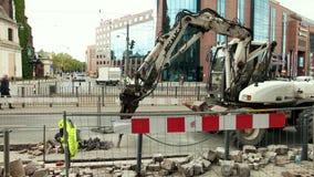 Trator com o martelo hidráulico que destructing a superfície do asfalto vídeos de arquivo