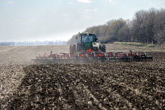 Trator com o plantador arrastado no campo fotografia de stock royalty free