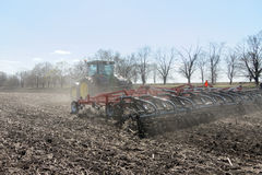 Trator com o plantador arrastado no campo fotos de stock royalty free