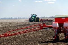 Trator com o plantador arrastado no campo imagens de stock royalty free