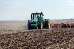 Trator com o plantador arrastado no campo imagem de stock royalty free