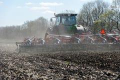 Trator com o plantador arrastado no campo fotos de stock