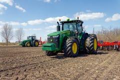 Trator com o plantador arrastado no campo foto de stock royalty free