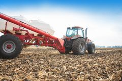 Trator com os tanques no campo Maquinaria agrícola e cultivo Imagem de Stock Royalty Free