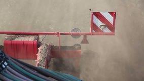Trator da agricultura que trabalha no campo Época da sementeira Colheitas de plantação filme