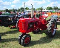 Trator de cultivo antigo vermelho de Farmall-C Foto de Stock