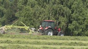 Trator de cultivo que move-se no campo agrícola para colher a terra Maquinaria agrícola em colher o campo vídeos de arquivo