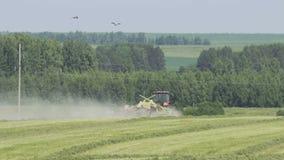 Trator de cultivo que move-se no campo agrícola para colher a terra Maquinaria agrícola em colher o campo video estoque