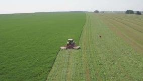 Trator de cultivo que move-se no campo agrícola para colher a terra Maquinaria agrícola em colher o campo filme