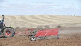 Trator de cultivo que move sobre o campo agr?cola para arar a terra Trator agr?cola que ara o campo de cultivo video estoque
