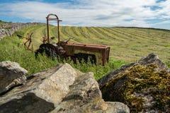 Trator de exploração agrícola abandonado foto de stock
