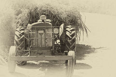 Trator de exploração agrícola carregado retro Fotografia de Stock Royalty Free