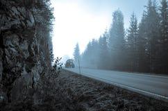trator de exploração agrícola que conduz a floresta azul assustador místico do throug fotografia de stock royalty free