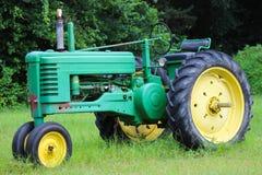 Trator de exploração agrícola velho foto de stock royalty free