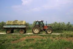 Trator de exploração agrícola velho com camionete Fotos de Stock Royalty Free
