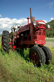 Trator de exploração agrícola vermelho velho Imagem de Stock