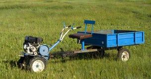 Trator de Two-whell com reboque fotografia de stock royalty free
