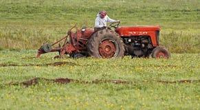 Trator do arado do campo da guilhotina da terra de exploração agrícola Imagem de Stock