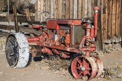 Trator do vintage com as grandes rodas do ferro Foto de Stock