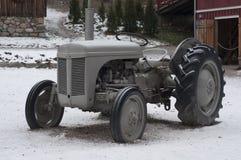 Trator do vintage na exploração agrícola Fotos de Stock Royalty Free