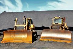 Trator dois no fundo das montanhas do carvão em Donets imagens de stock