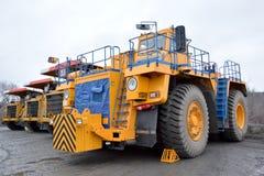 Trator e três caminhões basculantes da pedreira Fotos de Stock Royalty Free