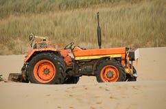 Trator em dunas de areia Fotos de Stock Royalty Free