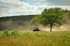 Trator em um campo Foto de Stock