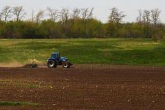 Trator em um campo Imagem de Stock