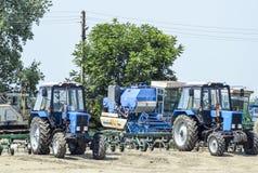 Trator, estando em seguido Máquina de semear Foto de Stock Royalty Free