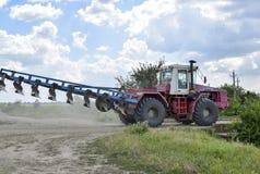 Trator, estando em seguido Máquina de semear Imagem de Stock