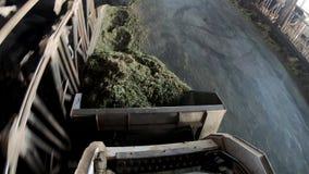 trator 4K com elevador hidráulico para pacotes levando do feno e da ensilagem campon?s vídeos de arquivo