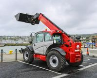 Trator-máquina escavadora imagens de stock royalty free
