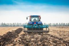 Trator moderno no campo em um dia ensolarado Foto de Stock Royalty Free