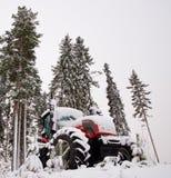 Trator na floresta do inverno imagem de stock