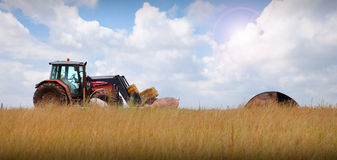 Trator na paisagem da exploração agrícola fotografia de stock